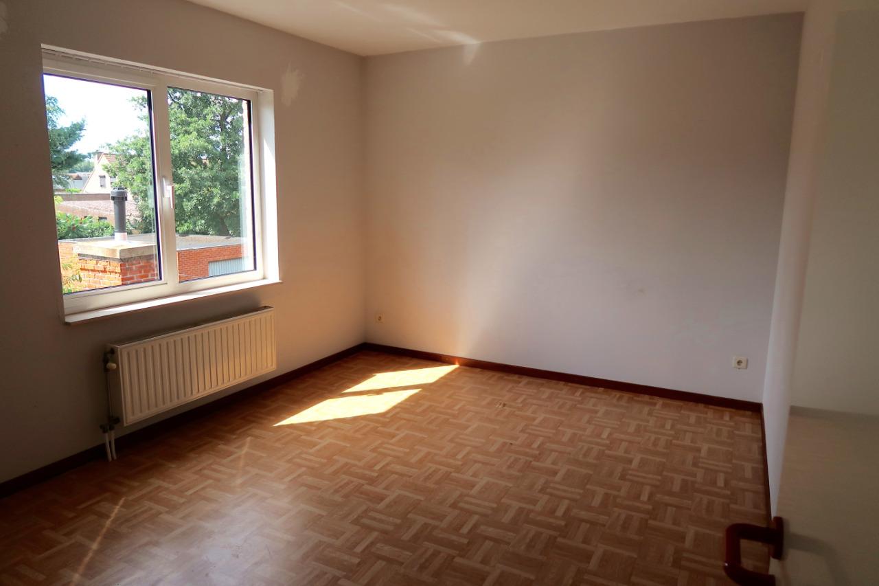 Recente half open bebouwing met garage en 3 slaapkamers for Uitschuiftrap zolder